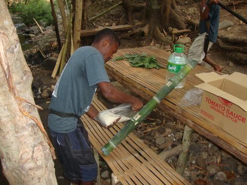 Филипини, Симсон сипва в тенджерата ориз, на масата лежат листа от билукау