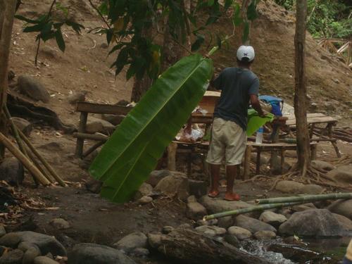 Филипини, банановите листа са измити в потока, те ще са ни чинии