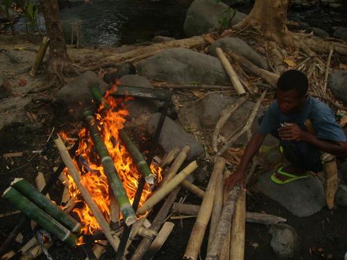 Филипини, огънят е запален, тенджерите къкрят
