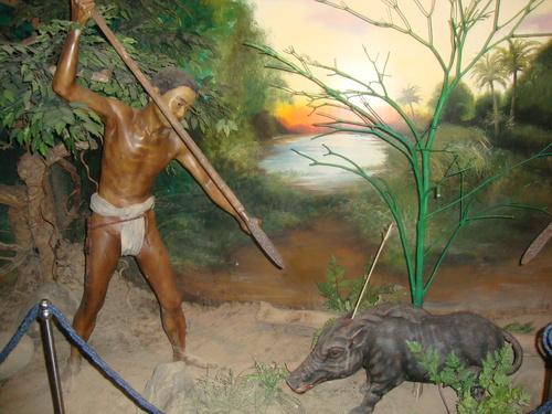 ето как са представени ловците аета - коренните жители - в Градския музей на Олонгапо