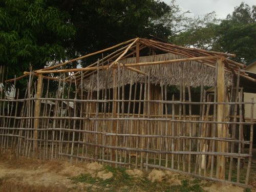 къщата е почти готова, остава да се покрие навесът