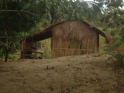 покривът продължава в навес, под който семейството се храни