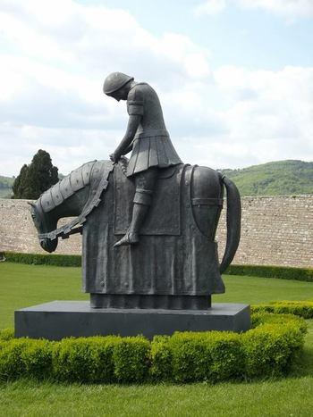 Асизи. Статуя в двора на св. Франциск.