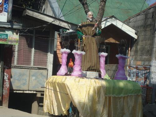 статуя на светец върху кароца /подвижна платформа