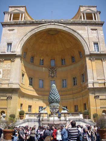 Площадът пред Ватиканския музей. Шишарката- символ на плодородие