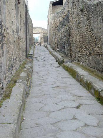 Помпей. Улица с високи тротоари и естествено отичане на водите.