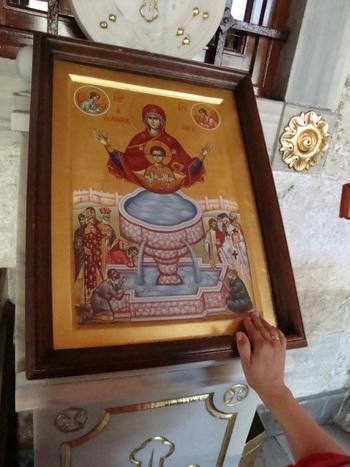 """Това изображение е  основа за иконата,,Животоносен источник"""", където Богородица е с младенеца във фиала(чаша)."""