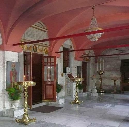 Иконата е  вдясно от входа към храма в притвора (предверието,екзонартекс).