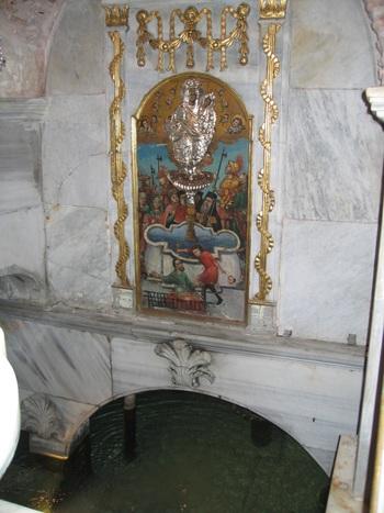 Рибният манастир Баликли. Иконата Живоносен източник е над водоема.