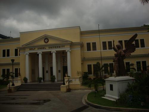 """Филипините, университетът """"Светият ангел"""" в Ангелес"""