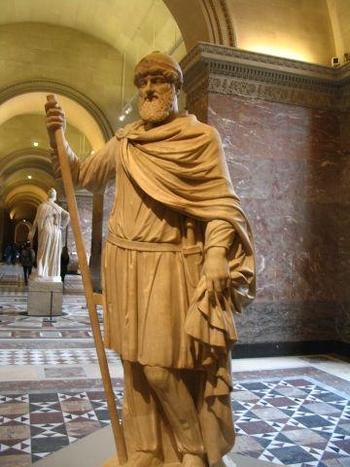 Римската статуя на Тиридат I препасан с меч, която днес е в Лувъра.