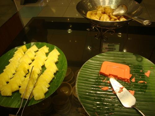 съставки за хало-хало - парченца ананас, крем тахо, банани в сироп