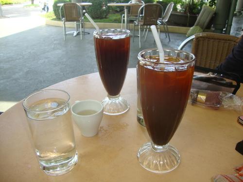 ледено кафе, в малката чашка - захарен сироп за подслаждане