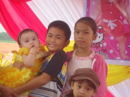Джанел с батко си и братовчедки
