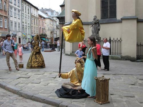 Един от малките старинни площади на град Лвов