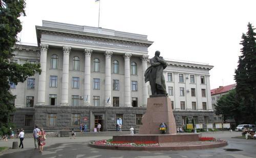 Университетът и паметникът на Тарас Шевченко в град Луцк