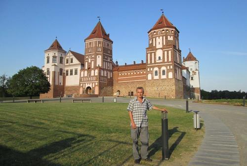 Авторът пред замъка Мир