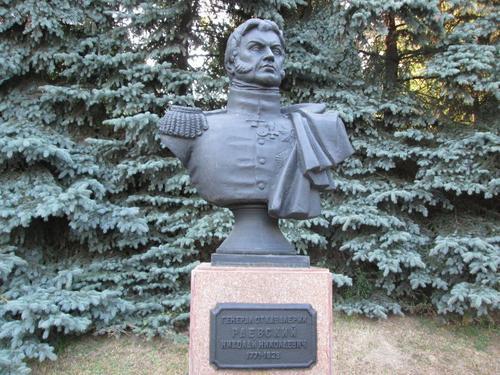 Паметникът на генерал Раевски в Смоленск