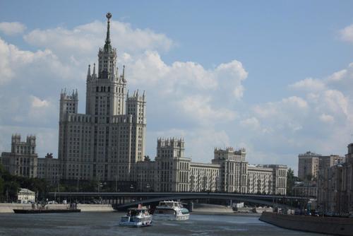 Москва река и 32-етажен жилищен блок, построен 1952 година