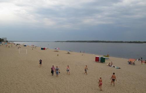 Дългите пясъчни плажове на река Волга, град Самара