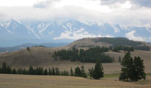 Високите върхове на Алтай са покрити със сняг през август