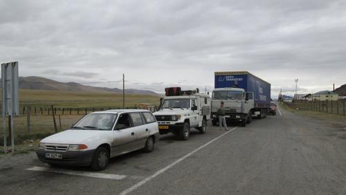 Моят Опел чака на опашката пред руския граничен пункт за преминаване в Монголия