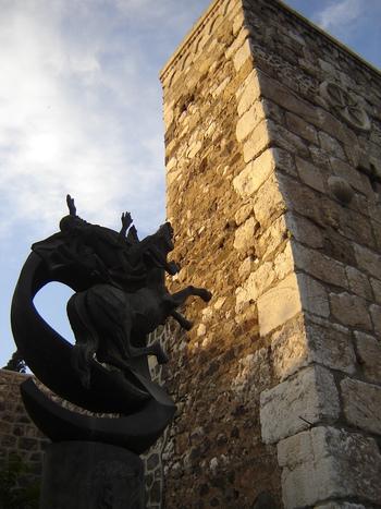Конната статуя е на св. Павел в момента на ослепяването му по пътя към Дамаск.