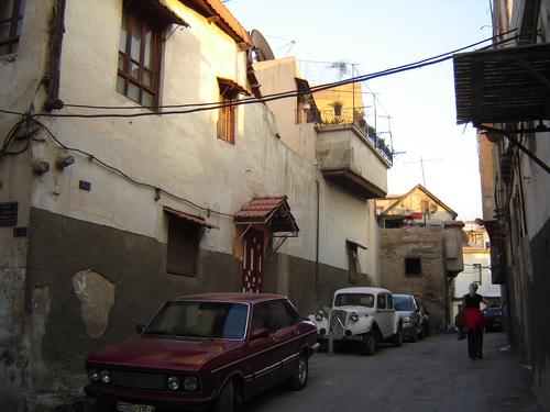 Из сокаците на християнският квартал Баб Тумба могат да се срещнат и ретро автомобили