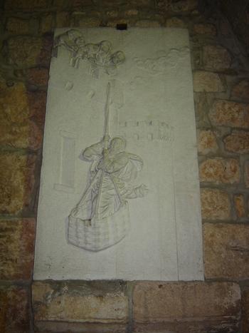 На гипсовия релеф е изобразено сензационното бягство на св.Павел, промъкнал  се през тесен прозорец на кулата...