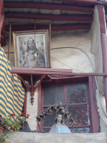 Скромна празнична украса на християнски дом в Дамаск