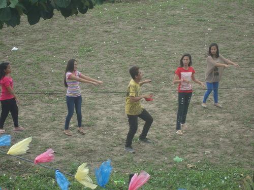 юноши разучават танц