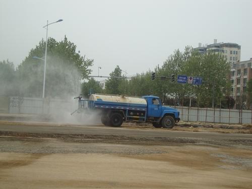 цистерната пръска рогозките с вода