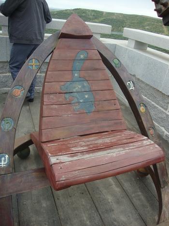 столът за наблюдение на терасата е донесен от Шотландия