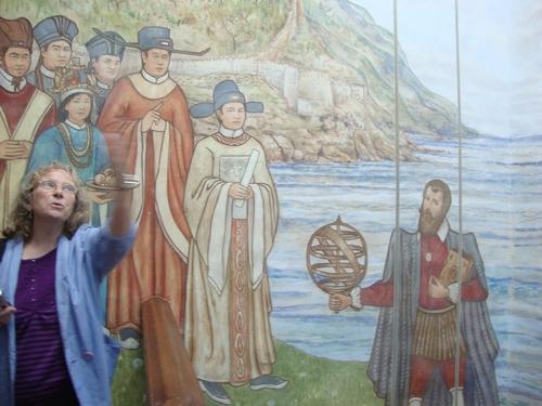 зад Вероника е образът на съпругата на Рафъл - китайка