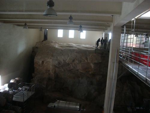 гранитната скала в избата