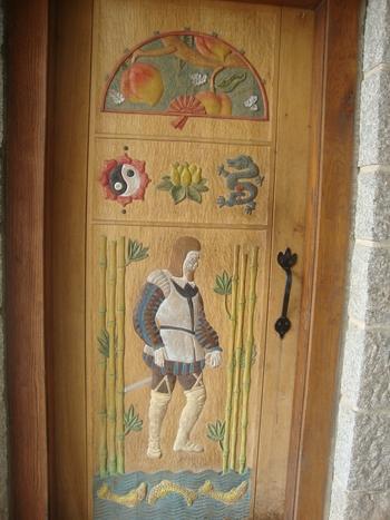еклектични символи по вратата