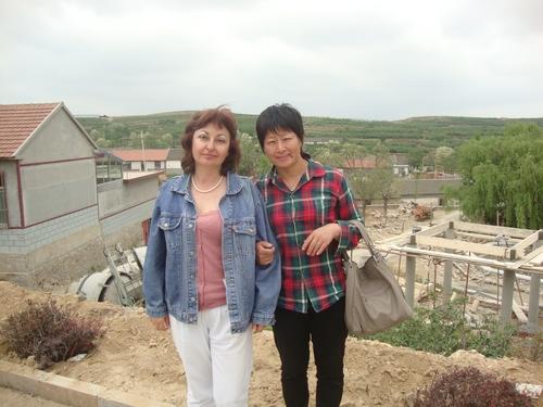 двете с Хелън сред селото