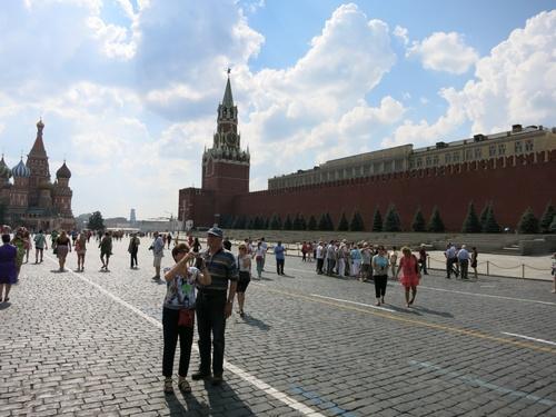 """Отляво храм """"Василий Блажени"""", отдясно Спаската кула"""