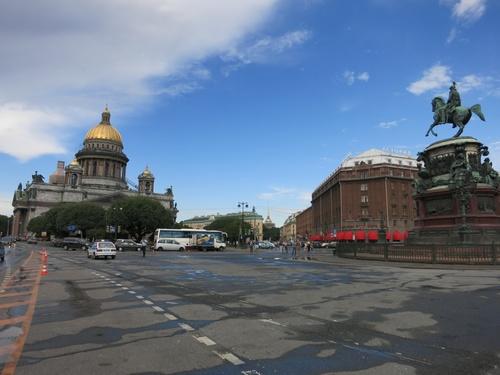 Исакиевския собор и площада пред него. Паметникът е на Николай Първи