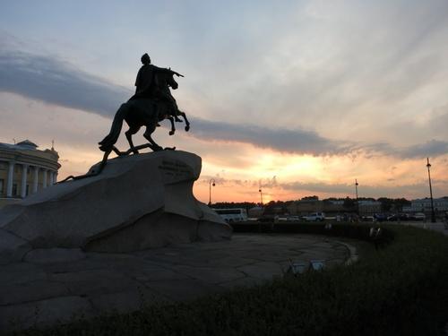 Една вечерна снимка на паметника на Петър Велики