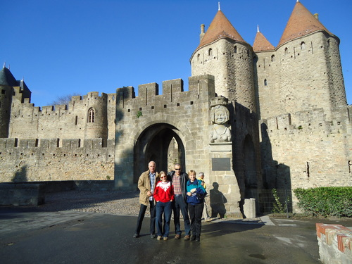 С приятелите пред портата на крепостта Каркасон, Южна Франция