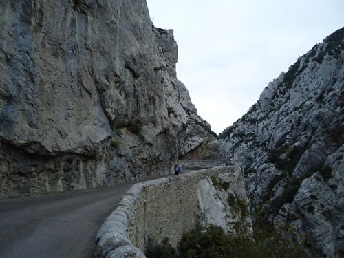 Дълбок каньон,резултат от усилията на малка рекичка в Южна Франция