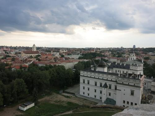 Вдясно - дворецът на литовските херцози