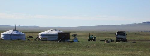 Две юрти на богати животновъди, разполагащи с камион, трактор, мотоциклет и електрозахранване от слънчеви панели, източна Монголия