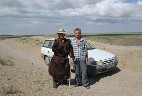 Среща на автора с възрастен монголец, облечен в традиционни дрехи