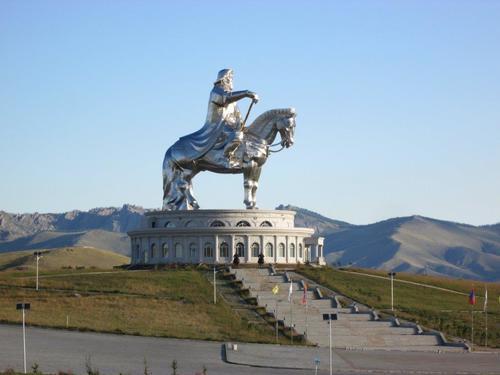 Статуя на Чингис хан, висока 40 метра. Едноименният мемориален комплекс е разположен на около 50 километра източно от столицата Улан Батор