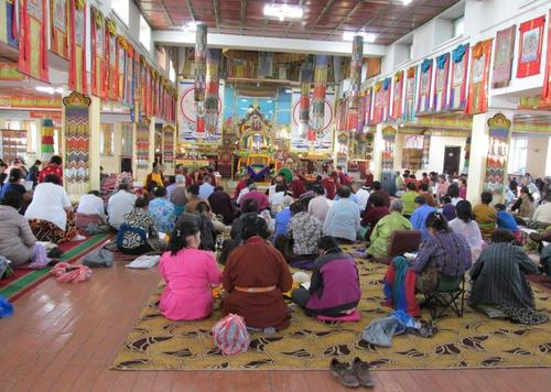 Будистки поклонници в манастира Гандан в столицата Улан Батор