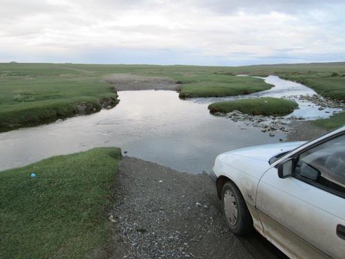 С моя Опел прекосяваме малка река в Монголия