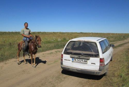 Среща с млад монголец на кон в източната част на страната