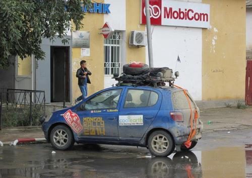 Паркиран в Ховд английски автомобил, участник в Mongol Rally 2014